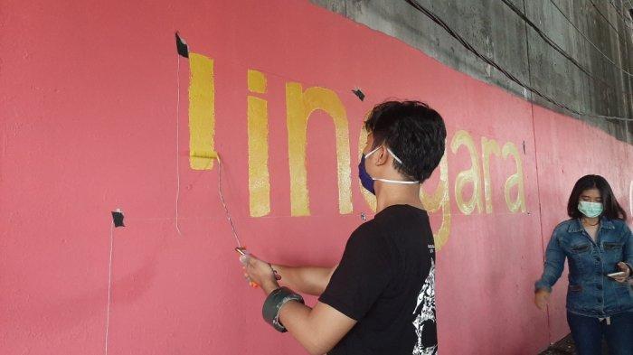 mural bertema Jakarta Kolaborasi di Kolong Flyover Jatinegara, Jakarta Timur, Selasa (22/12/2020).