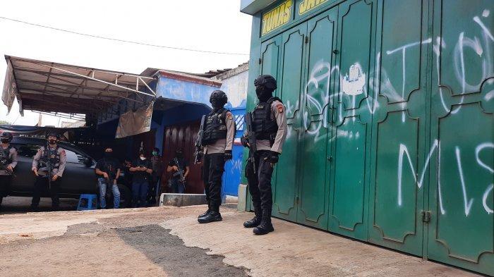 Suasana penggeledahan di rumah terduga teroris di Jalan Raya Cikarang Cibarusah, Kecamatan Serang Baru, Kabupaten Bekasi, Senin (29/3/2021).