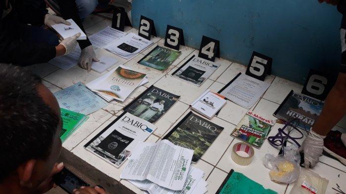 Geledah Rumah Terduga Teroris di Bekasi, Densus 88 Amankan Buku Hingga Atribut Ojek Online