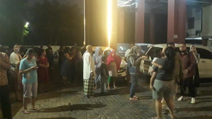 Penghuni Apartemen MT Haryono Residence Turun Lewat Tangga Darurat
