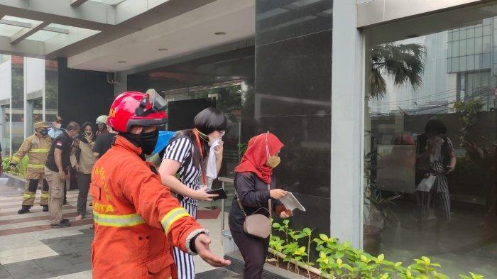 Penghuni Apartemen Tamansari Sudirman, Setiabudi, Jakarta Selatan dievakuasi saat terjadi kebakaran pada Minggu (4/4/2021).
