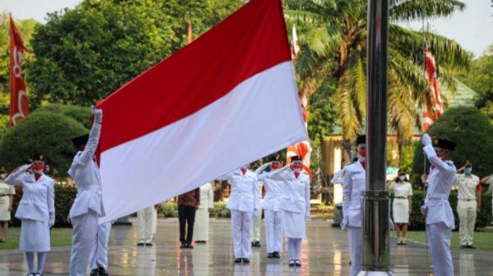 Pengibaran Bendera Merah Putih memperingati HUT ke-76 Kemerdekaan RI berjalan hikmat meski tanpa peserta di Kantor Wali Kota Jakarta Utara, Selasa (17/8/2021).
