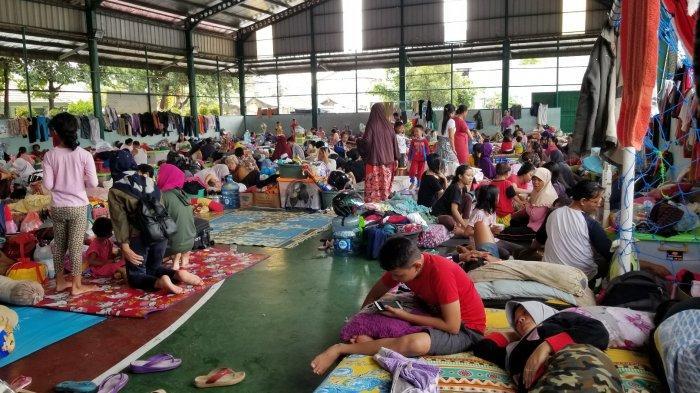 Ribuan Pengungsi Banjir Tangerang Tidur Ngemper Desak-desakan, Perlengkapan Bayi Paling Langka