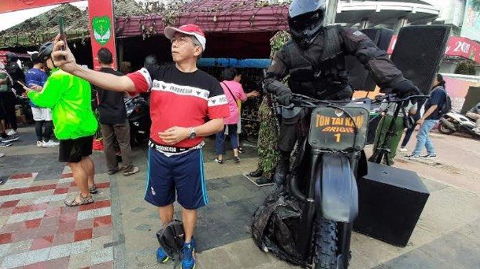 Pengunjung Car Free Day dapat Berswafoto Menggunakan Atribut Tentara