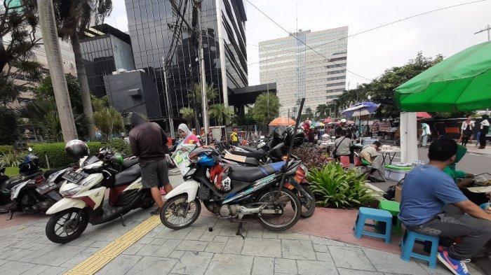 Pejalan Kaki Terganggu, Pengunjung CFD Parkir Kendaraan di Atas Trotoar
