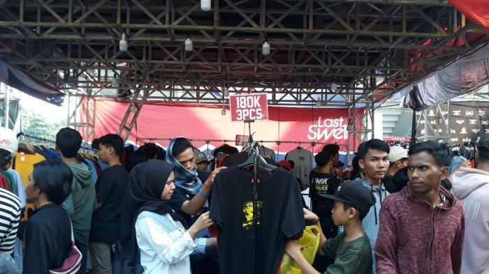 Pengunjung JakCloth Lebaran 2019 di Istora Senayan Jakarta yang sedang sibuk memilih pakaian.