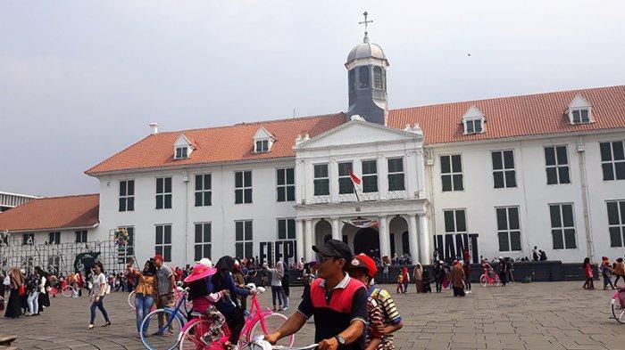 Suasana pengunjung di Taman Fatahillah, Kota Tua, Tamansari, Jakarta Barat, Selasa (20/11/2018).