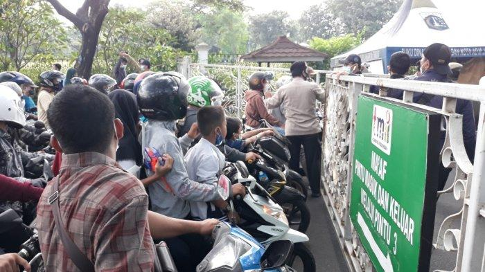 Pengunjung TMII berebut masuk saat gerbang utama dibuka, Cipayung, Jakarta Timur, Sabtu (15/5/2021).