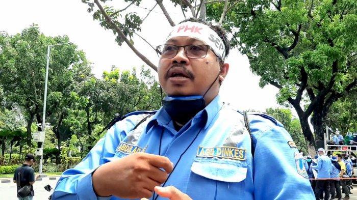 Pengurus AGD bidang Advokasi, Abdul Adjis, saat diwawancarai awak media, di depan Gedung Balai Kota Jakarta, Kamis (22/10/2020).