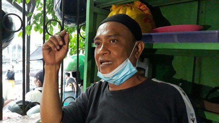Pengurus Musala Al-Amin, Parman (52) saat memberi keterangan aksi pelecehan seksual yang menimpa jemaah perempuan di Jatinegara, Jakarta Timur, Jumat (4/6/2021).