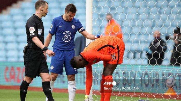 Penjaga gawang Chelsea kelahiran Prancis asal Senegal, Edouard Mendy (kanan), merasakan timnya setelah bertabrakan dengan tiang gawang yang mencoba melakukan penyelamatan selama pertandingan sepak bola Liga Utama Inggris antara Aston Villa dan Chelsea di Villa Park di Birmingham, Inggris tengah pada 23 Mei 2021.