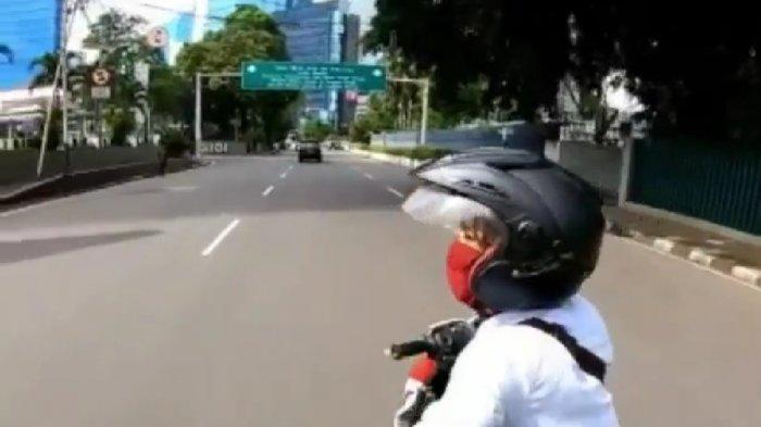 Tangkapan layar sosok penjambret ponsel pengendara skuter listrik, di Jalan Pamekasan, MH Thamrin, Kecamatan Menteng, Jakarta Pusat, Selasa (15/12/2020).