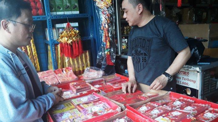 Lim Djhoni salah seorang penjual pernak pernik Imlek di Pasar Pagi Lama mengatakan, amplop angpau banyak diminati para konsumen, Jumat (2/2/2018) Tribun Jakarta.com/Satrio Sarwo Trengginas