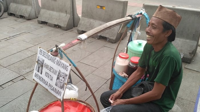 Seorang pedagang Es Selendang Mayang bernama Jaim yang sering berjualan di Wisata Kota Tua, Jakarta Barat.
