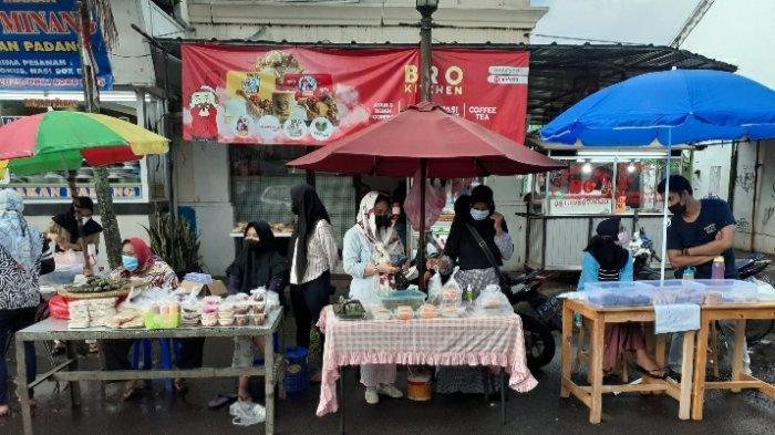 Penjual gorengan  di Jalan Wana Kencana, yang terlerak di area Granada Square BSD, Rawa Buntu, Serpong, Tangerang Selatan (Tangsel), Selasa (13/4/2021).