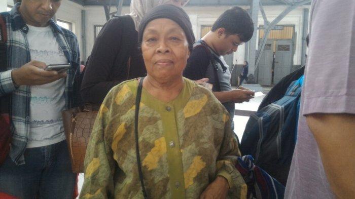 Hidup Seorang Diri dan Tak Punya Anak, Ini Pesan Hari Ibu dari Wanita Renta Penjual Kripik Singkong