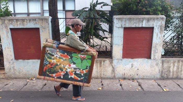 Kisah Najil, Berjuang Jalan Kaki Jual Lukisan Ikan Koi Keliling Pasar Minggu Hingga Bahunya Sakit