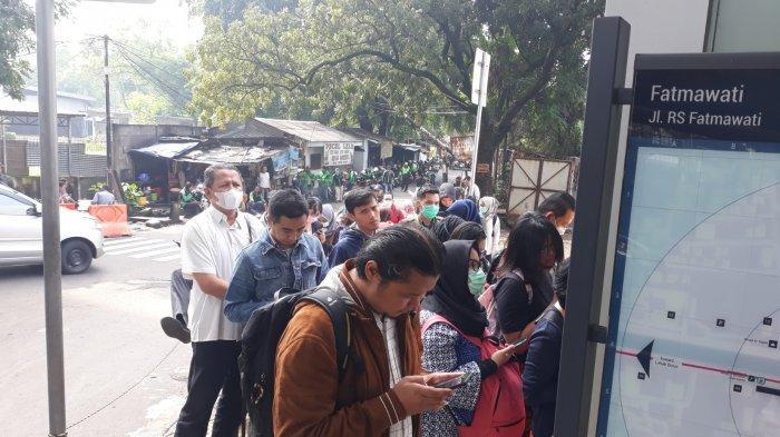 Terpaksa Antre Naik MRT,Feni: Masih Harus Tetap Kerja
