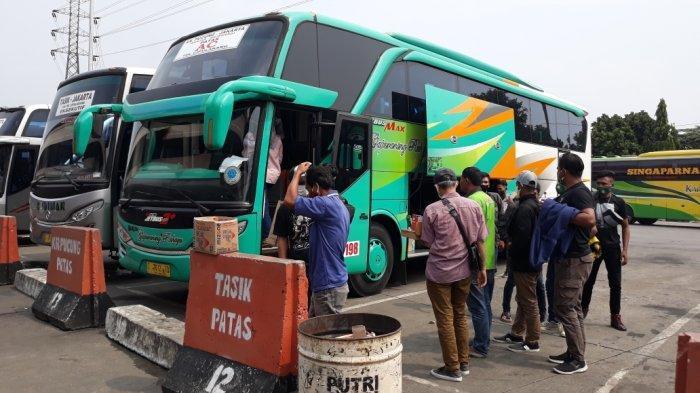 Penumpang bus AKAP di Terminal Kampung Rambutan, Kecamatan Ciracas, Jakarta Timur, Selasa (5/4/2021).