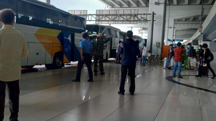 Penumpang internasional dari WNA dan WNI yang berbondong-bondong mendarat di Terminal 3 Bandara Soekarno-Hatta pada Rabu (30/12/2020).