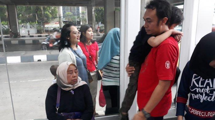 Romlah Mau Pingsan Gara-gara Antre Selama 30 Menit di Luar Stasiun MRT Lebak Bulus