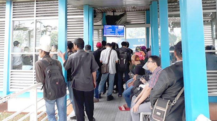 Penumpang Kesal Karena Transjakarta Lama Akibat Kemacetan Lalu Lintas