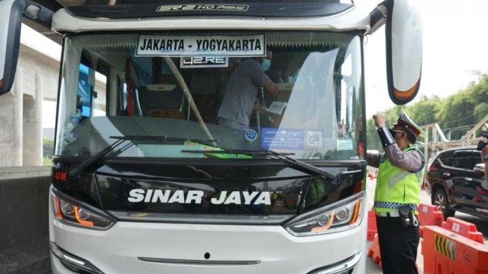 Jalan Tol Jakarta Cikampek pos penyekatan GT Cikarang Barat.