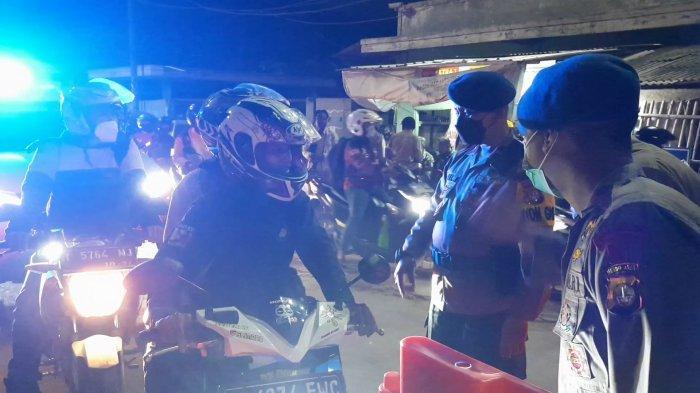 Personel gabungan melakukan pemeriksaan tiap pengendara di Pos Penyekatan Kedungwaringin perbatasan Kabupaten Bekasi- Karawang, Selasa (11/5/2021).