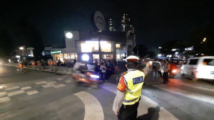 Polisi melakukan penyekatan di Jalan Kemang Raya, Mampang Prapatan, Jakarta Selatan, Senin (21/6/2021).