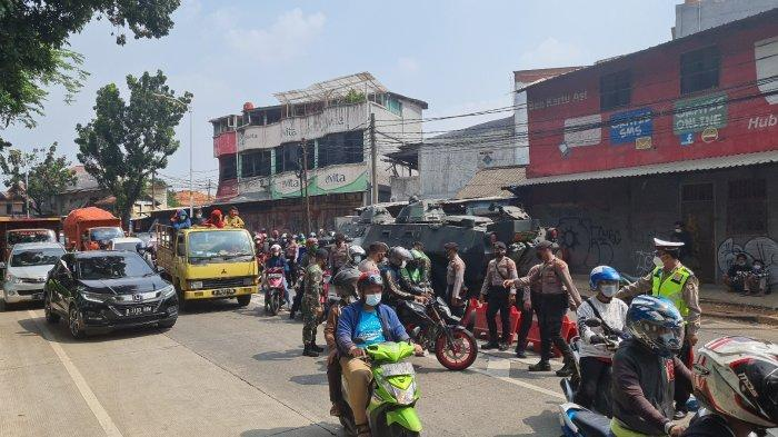 FOTO Kemacetan di Jalan Raya Lenteng Agung Imbas Penyekatan Aparat Gabungan saat PPKM Darurat