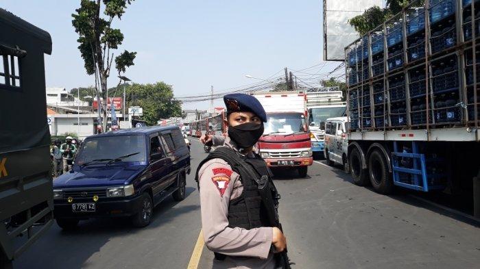 Penyekatan PPKM Darurat di Jalan Raya Bogor, Kecamatan Pasar Rebo perbatasan Jakarta Timur dengan Kota Depok, Senin (5/7/2021)