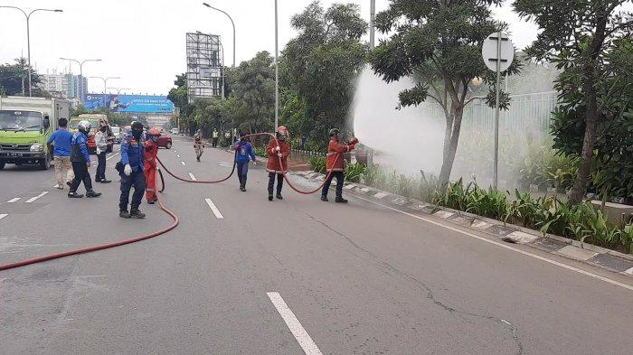 Antisipasi Virus Corona, Petugas Dinas Pemadam Kebakaran Semprotkan Disinfektan ke Jalan Protokol