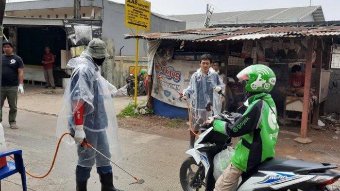 Melihat 'Lockdown Lokal' Kampung Jaha Jatiasih Bekasi, Hanya Sisakan Satu Akses Jalan Masuk - penyemprotan-disinfektan-ke-pengendara-saat-masuk-kampung-jaha.jpg
