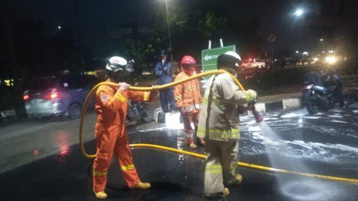 Petugas Pemadam Kebakaran Turun Tangan Semprot Tumpahan Solar di Duren Sawit