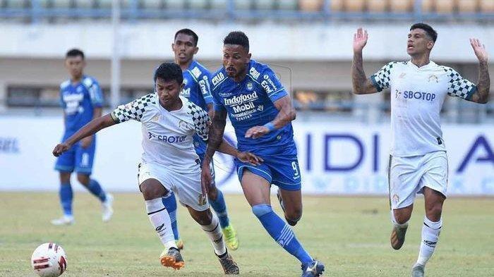 Penyerang Persib Bandung Wander Luiz mencoba melewati pemain Tira Persikabo dalam laga uji coba di Stadion GBLA, Kota Bandung, Sabtu (4/9/2020).