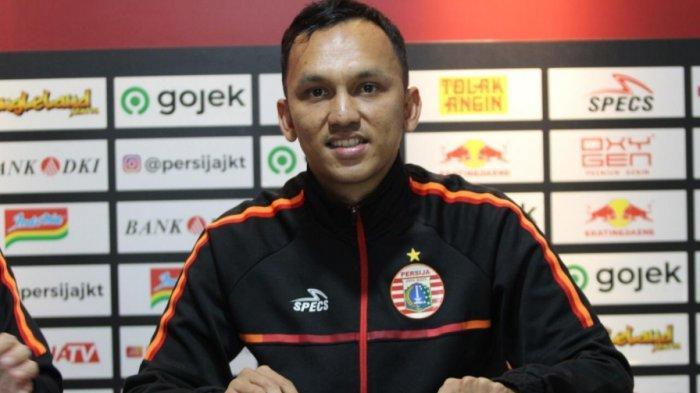 Penyerang sayap Rachmad Hidayat saat diperkenalkan menjadi pemain baru Persija Jakarta di kantor Persija, Jakarta Selatan, Senin (16/9/2019).