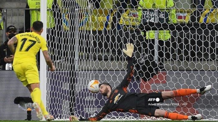 Penyerang Spanyol Villarreal Paco Alcacer (kiri) mencetak gol melewati kiper Spanyol Manchester United David de Gea dalam adu penalti selama pertandingan sepak bola final Liga Eropa UEFA antara Villarreal CF dan Manchester United di Stadion Gdansk di Gdansk pada 26 Mei 2021.