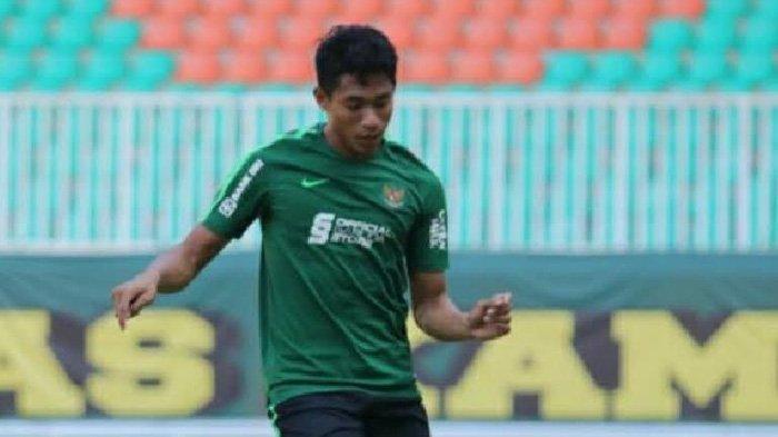 Penyerang Timnas U-19 Indonesia, Serdy Ephyfano saat berlatih di Stadion Pakansari, Bogor