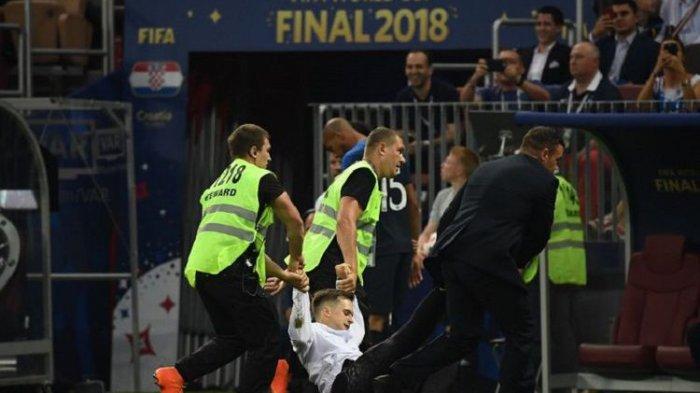 Seorang Suporter Diamankan Masuk Lapangan di Laga Perancis Vs Kroasia