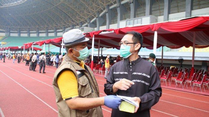 Wali Kota Bekasi Rahmat Effendi saat mengenakan pakaian nyentik bertopi fedora di Stadion Patriot Candrabhaga Kota Bekasi, Sabtu (19/6/2021).