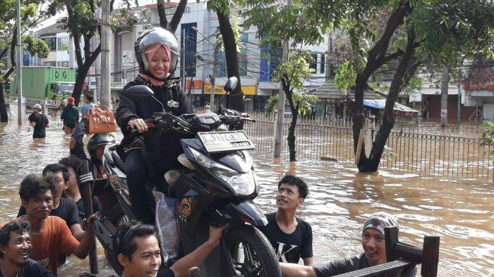 Bermodal Perahu Karet atau Gerobak, Penjual Jasa Angkut Korban Banjir di Jakarta Panen Penghasilan