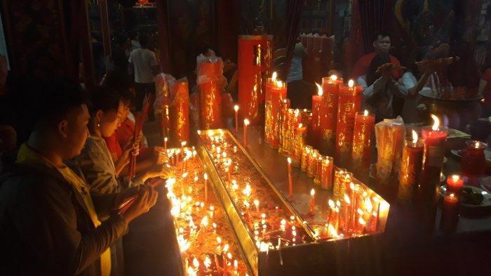 500 Lilin di Kelenteng Hok Lay Kiong Mulai Dinyalakan
