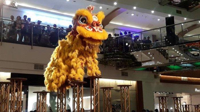 Tonton Aksi Tim Akrobat Asal China saat Tahun Baru Imlek di Pondok Indah Mall