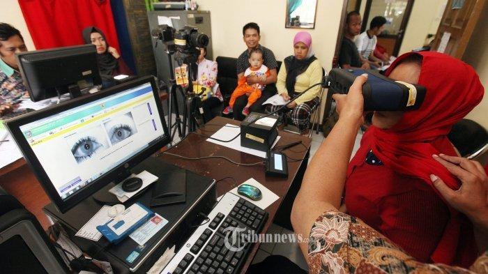 PEREKAMAN E-KTP - Operator melakukan perekaman retina mata, sidik jari, tandatangan, dan pemotretan warga yang akan membuat KTP Elektronik (e-KTP) di Kantor Kecamatan Sumur Bandung, Jalan Lombok, Kota Bandung, Kamis (8/9/2016).