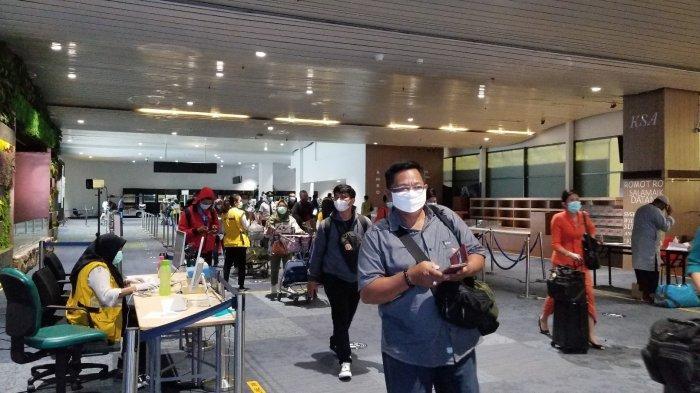 Pergerakan penumpang di Terminal 3 Bandara Soekarno-Hatta pada puncak arus Natal dan Tahun Baru 2021, Rabu (23/12/2020).
