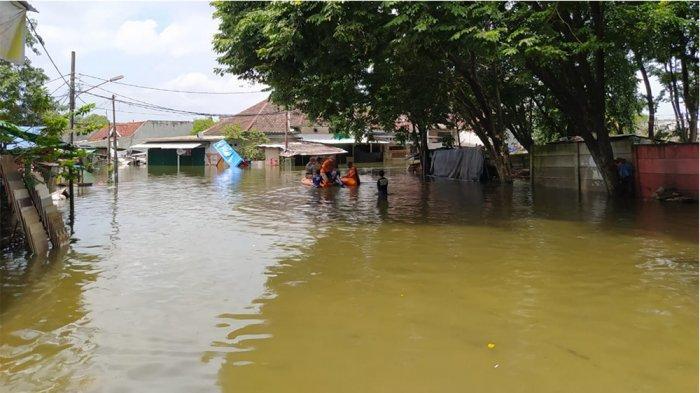 Kawasan Kecamatan Periuk, Kota Tangerang yang masih terendam sampai 2 meter lebih lantaran curah hujan yang sangat tinggi pada akhir pekan lalu, Senin (22/2/2021).