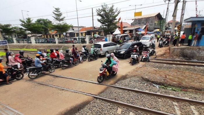 perlintasan-sebidang-kereta-api-dekat-stasiun-cibitung.jpg