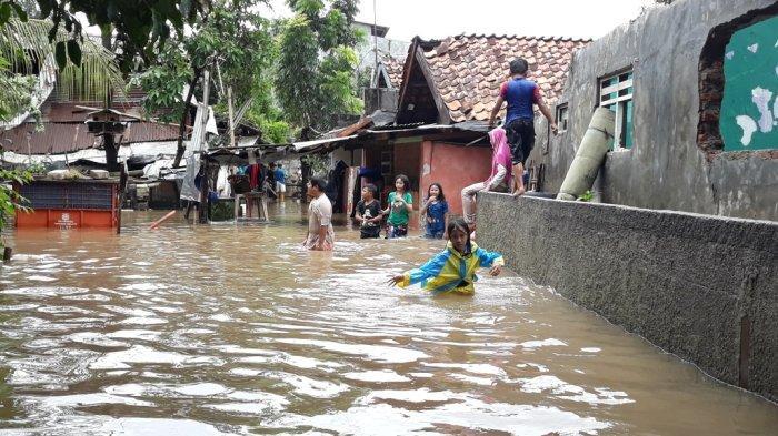Saluran Penghubung Sulaiman Meluap, Warga 2 RW di Cipinang Melayu Mengungsi