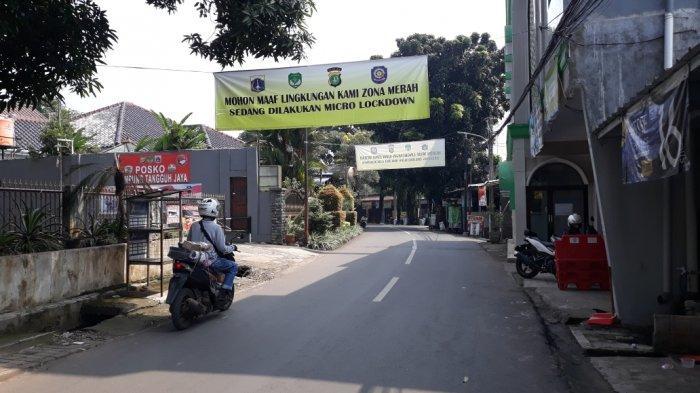 Permukiman warga RT 03/RW 03 Kelurahan Cilangkap saat pemberlakuan mikro lockdown tahap dua, Cipayung, Jakarta Timur, Minggu (6/6/2021).