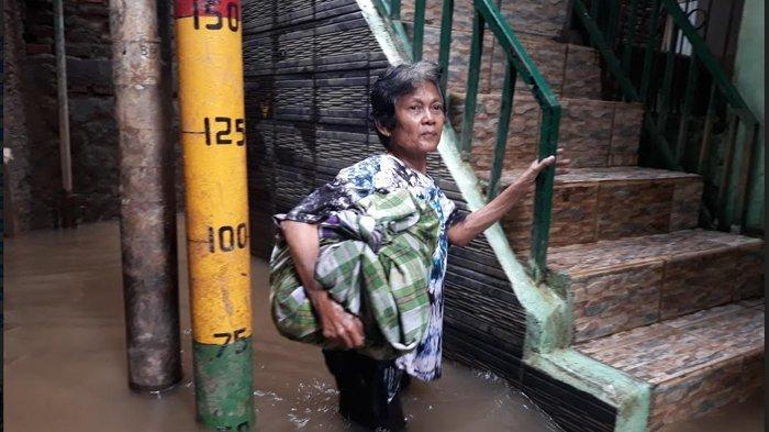 Banjir 1 Meter, Warga Kebon Pala Bersiap Mengungsi